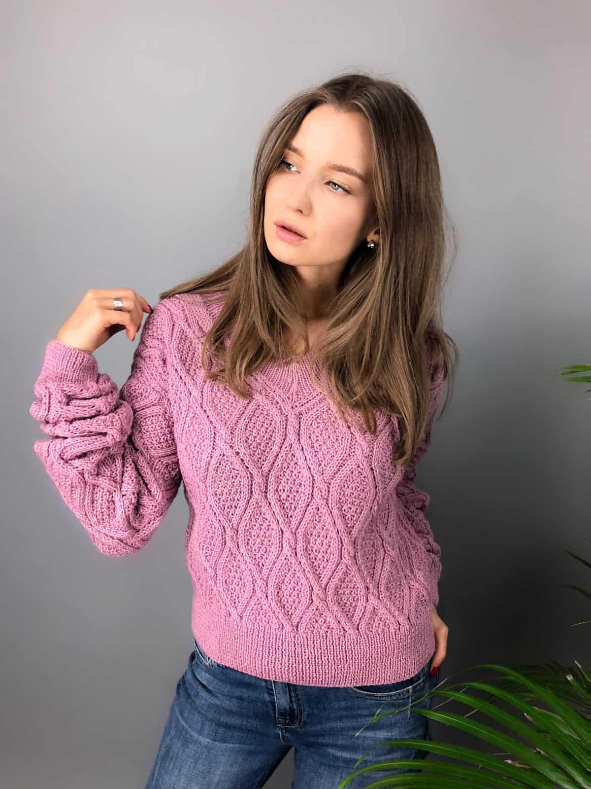 На шестой фотографии женский малиновый джемпер с ажурным узором от Shapar, бренда одежды ручной работы в интернет-магазине связанных спицами вещей.