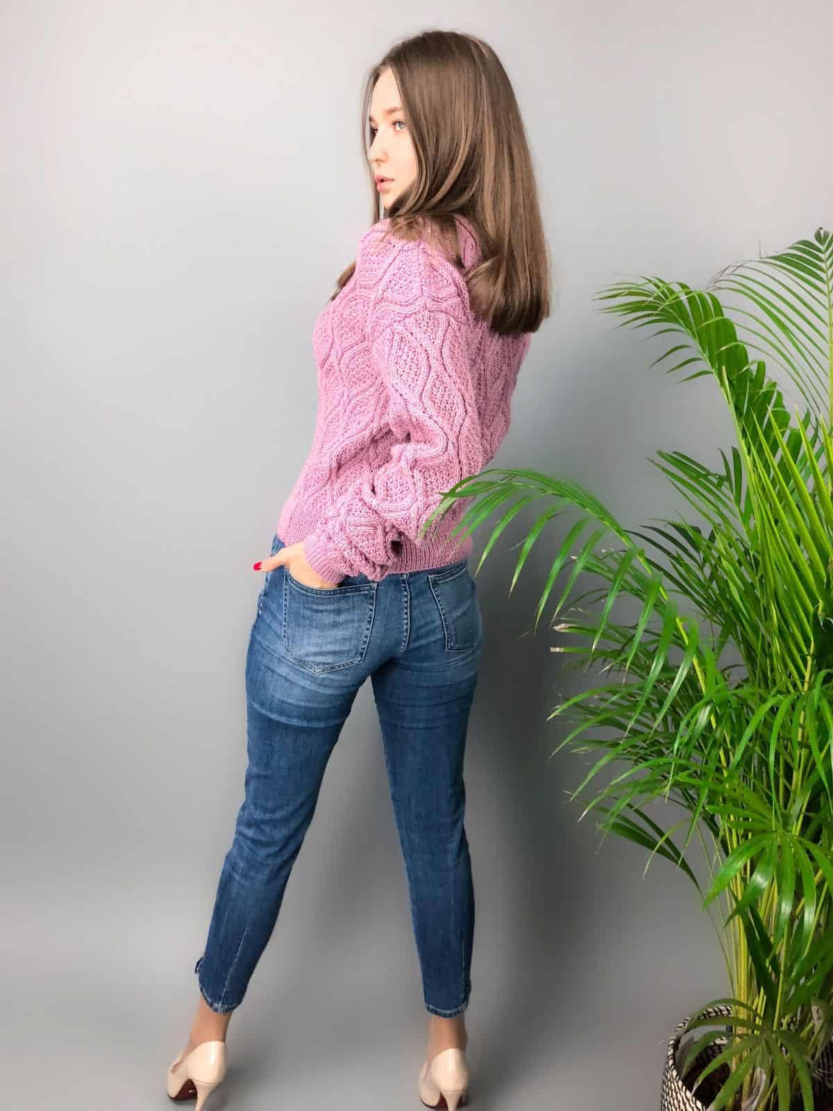 На пятой фотографии элегантный вязаный малиновый свитер от Shapar, бренда одежды ручной работы в интернет-магазине связанных спицами вещей.