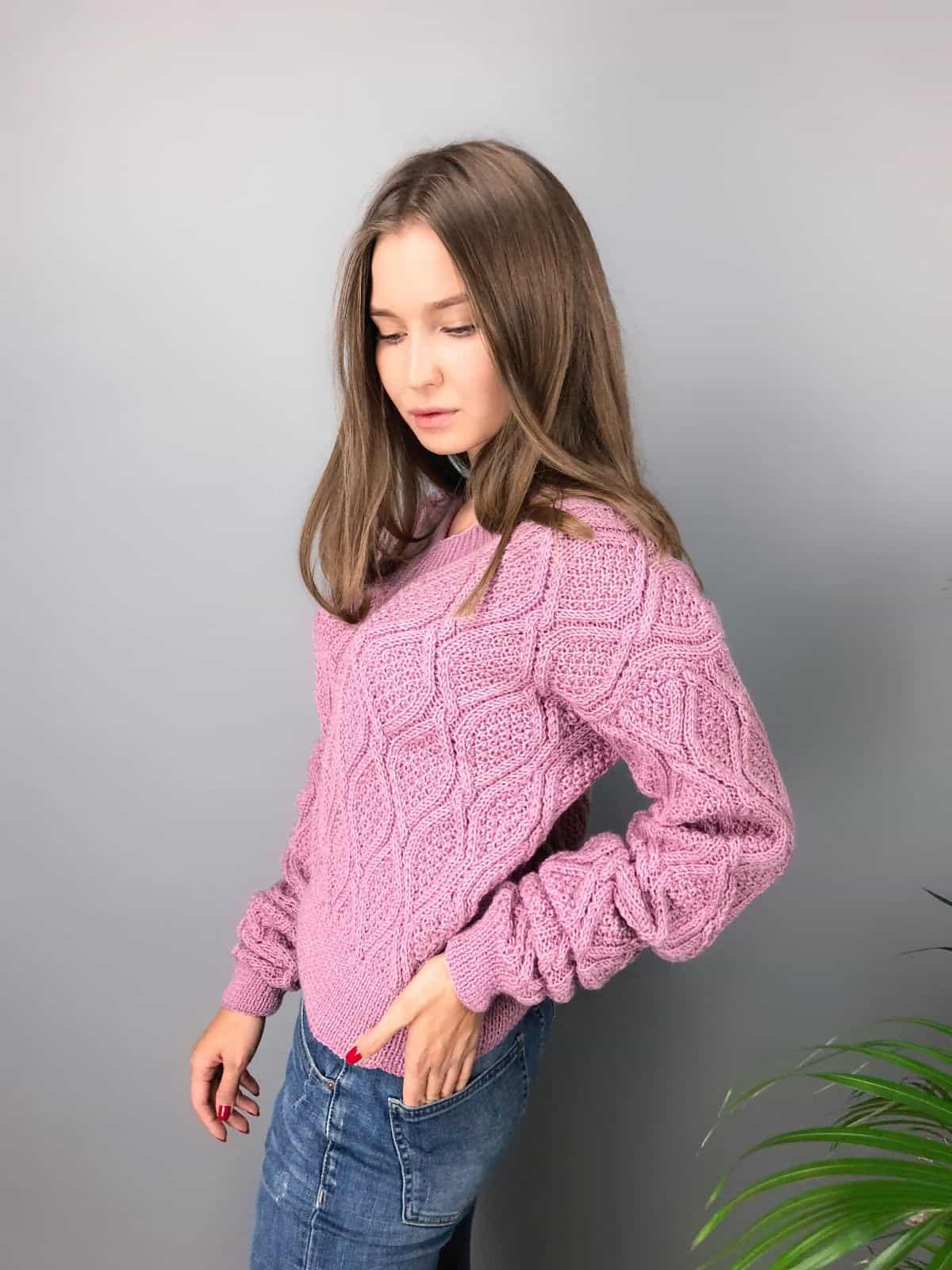 На третьей фотографии женский вязаный свитер малинового цвета с узором от Shapar, бренда одежды ручной работы в интернет-магазине связанных спицами вещей.