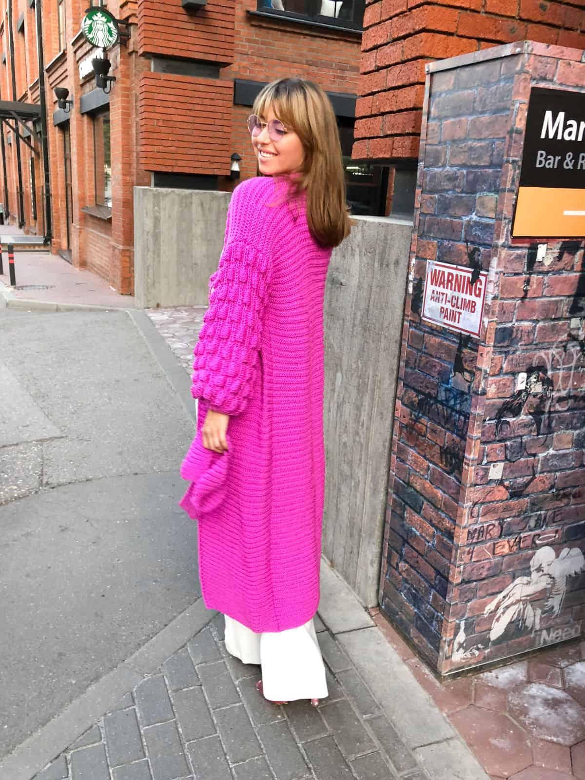 На второй фотографии женский яркий кардиган с объемными рукавами от Shapar, бренда вязаной одежды ручной работы в интернет-магазине связанных спицами вещей.