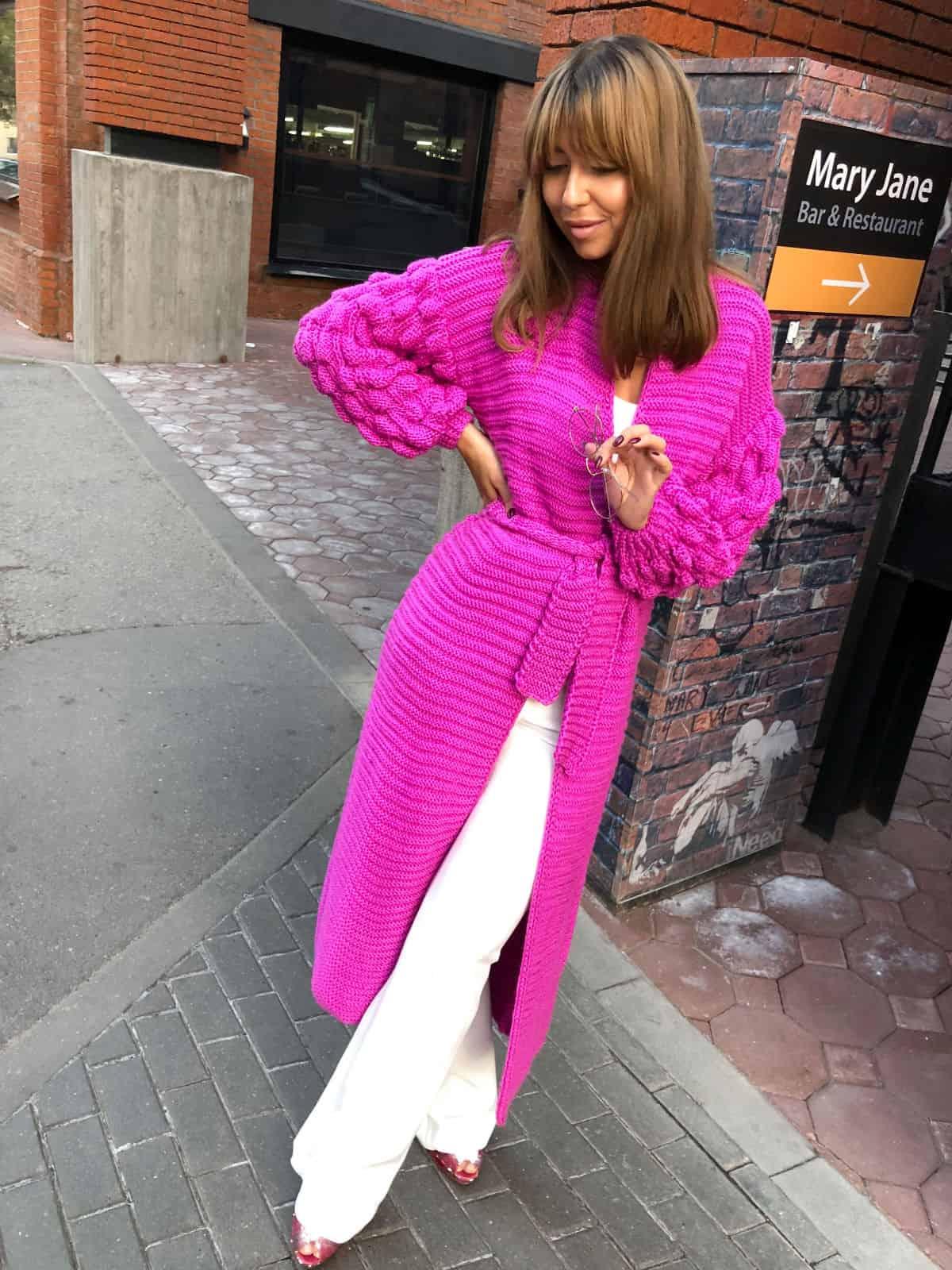 На третьей фотографии модный яркий кардиган для девушек и женщин от Shapar, бренда вязаной одежды ручной работы в интернет-магазине связанных спицами вещей.