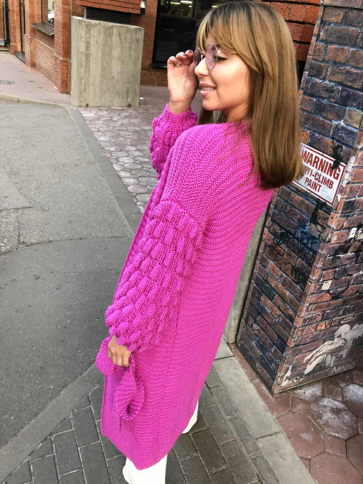 На четвертой фотографии женский яркий кардиган с поясом от Shapar, бренда вязаной одежды ручной работы в интернет-магазине связанных спицами вещей.