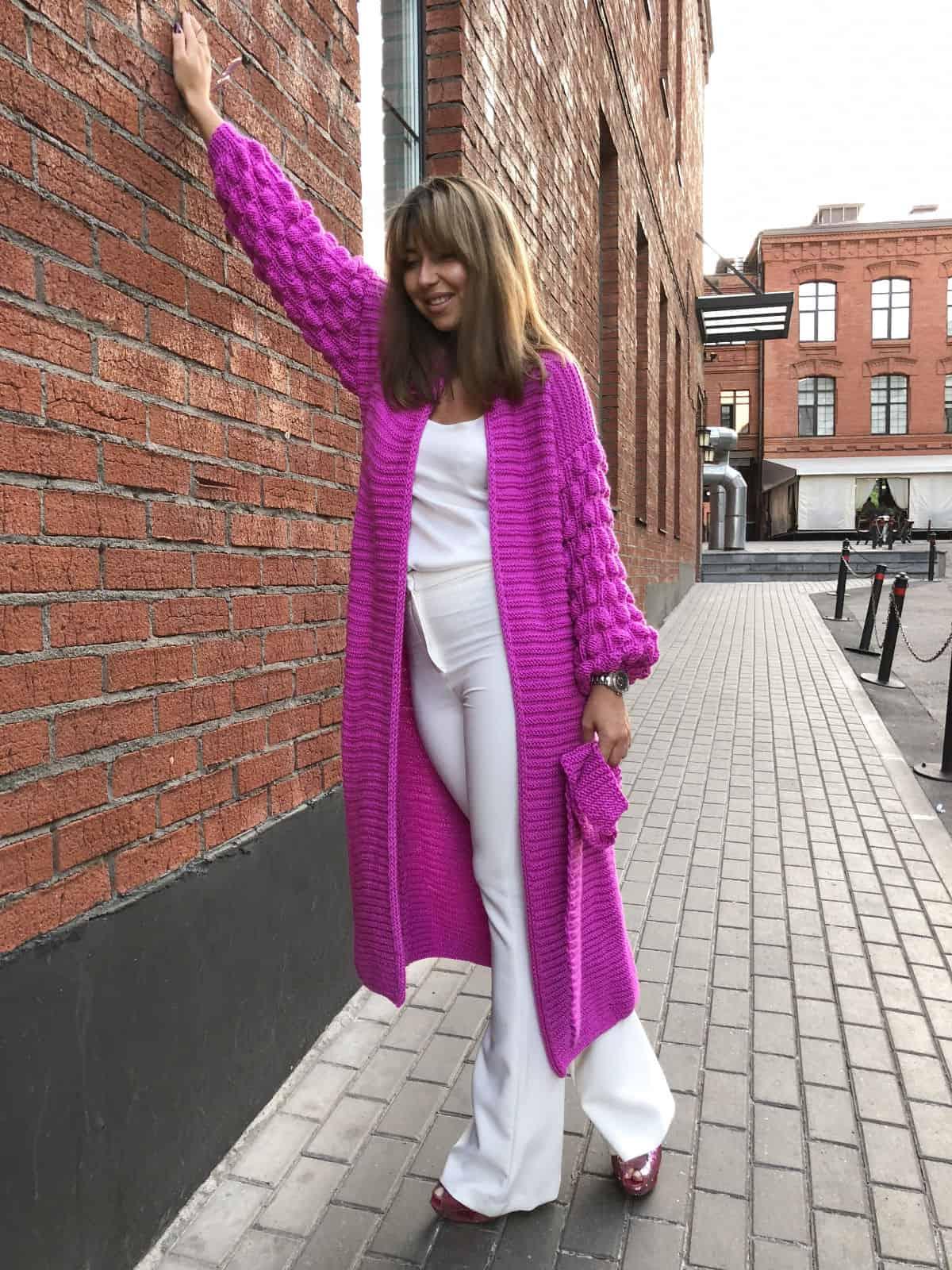 На пятой фотографии длинный яркий кардиган от Shapar, бренда вязаной одежды ручной работы в интернет-магазине связанных спицами вещей.