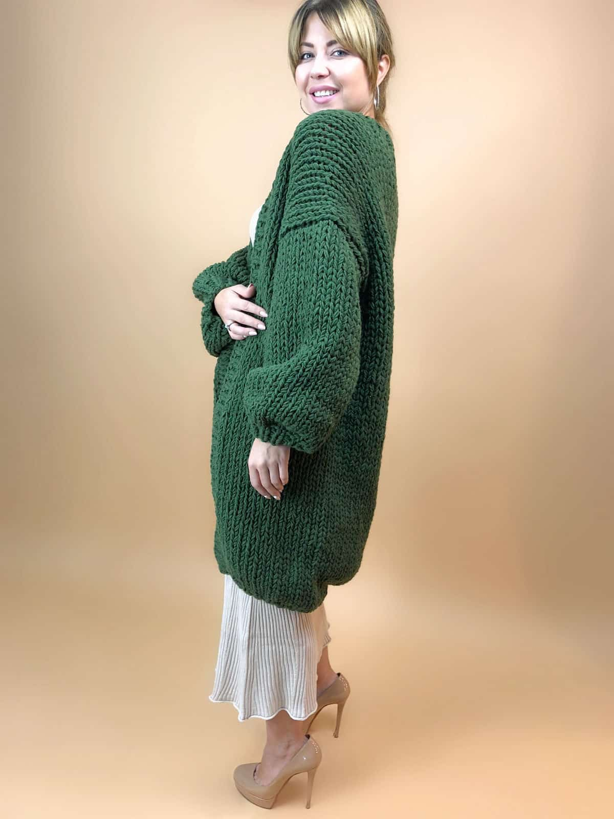 На третьей фотографии модный зеленый кардиган для девушек и женщин от Shapar, бренда вязаной одежды ручной работы в интернет-магазине связанных вещей.
