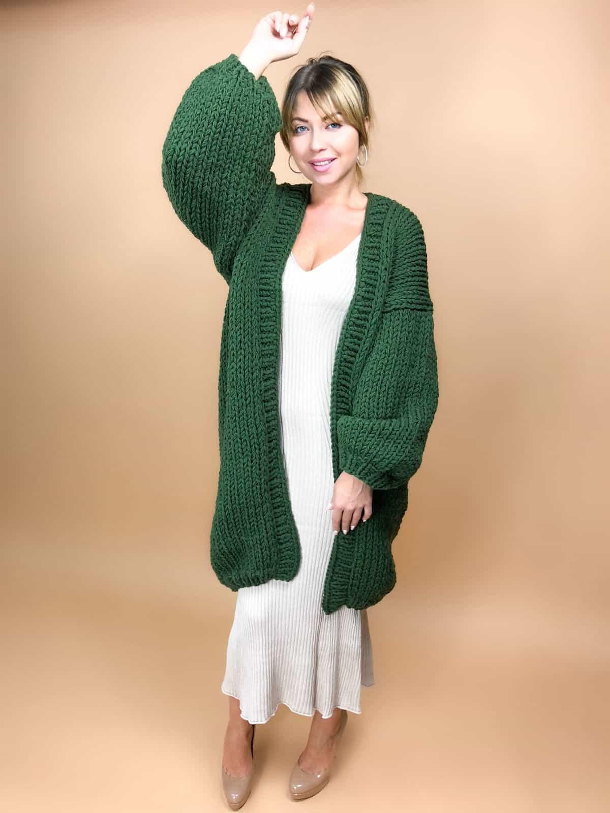 На первой фотографии женский зеленый кардиган от Shapar, бренда вязаной одежды ручной работы в интернет-магазине связанных спицами вещей.