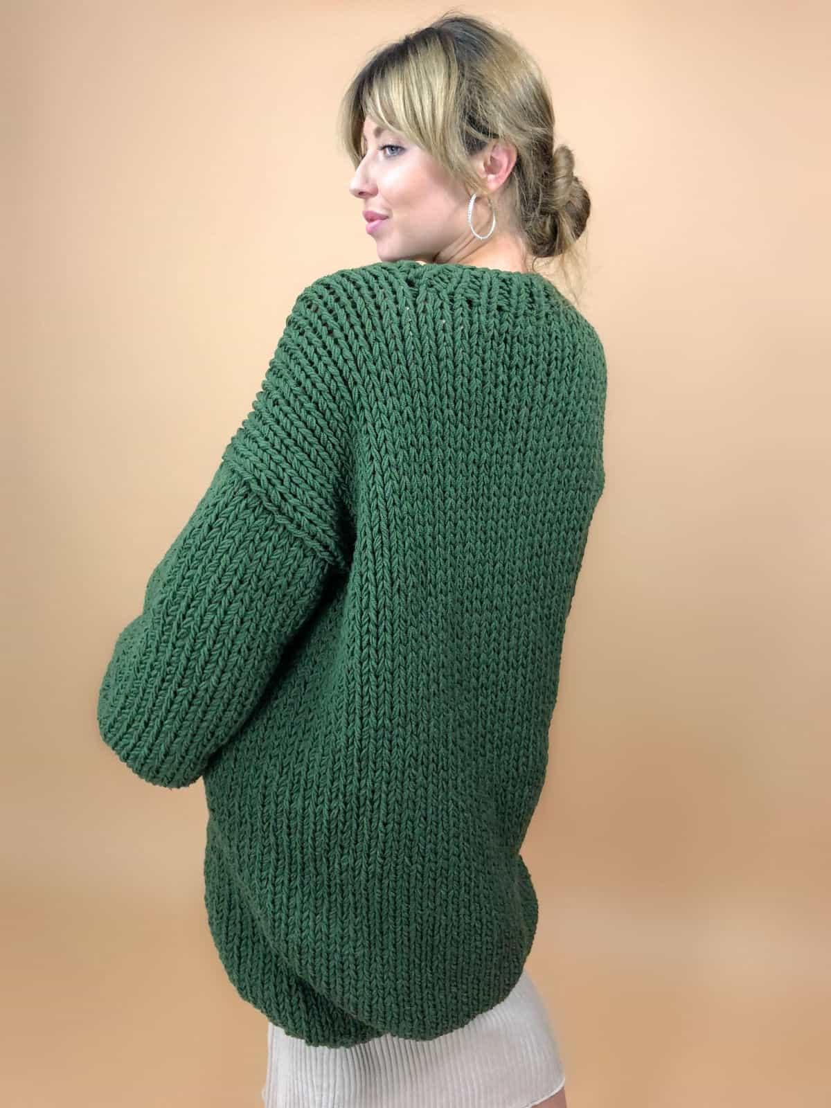 На второй фотографии женский зеленый кардиган со спины от Shapar, бренда вязаной одежды ручной работы в интернет-магазине связанных спицами вещей.