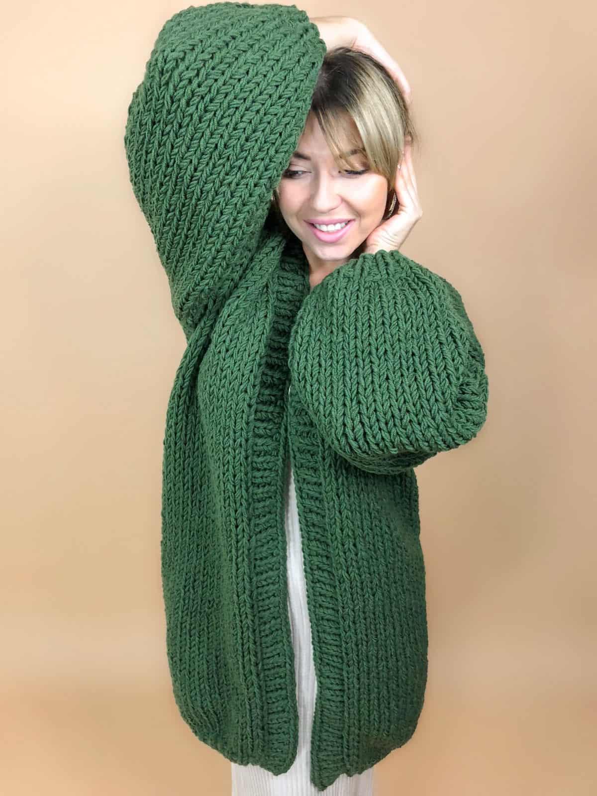 На четвертой фотографии классический зеленый кардиган от Shapar, бренда вязаной одежды ручной работы в интернет-магазине связанных вещей.