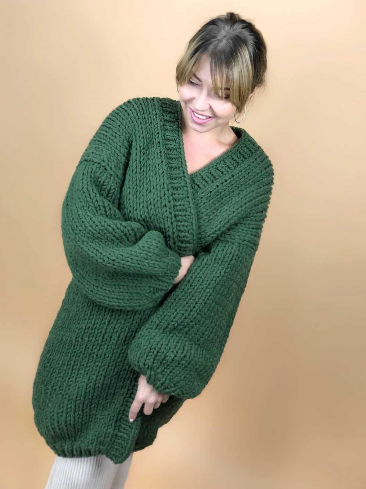 На пятой фотографии женский зеленый кардиган крупной вязки от Shapar, бренда вязаной одежды ручной работы в интернет-магазине связанных вещей.