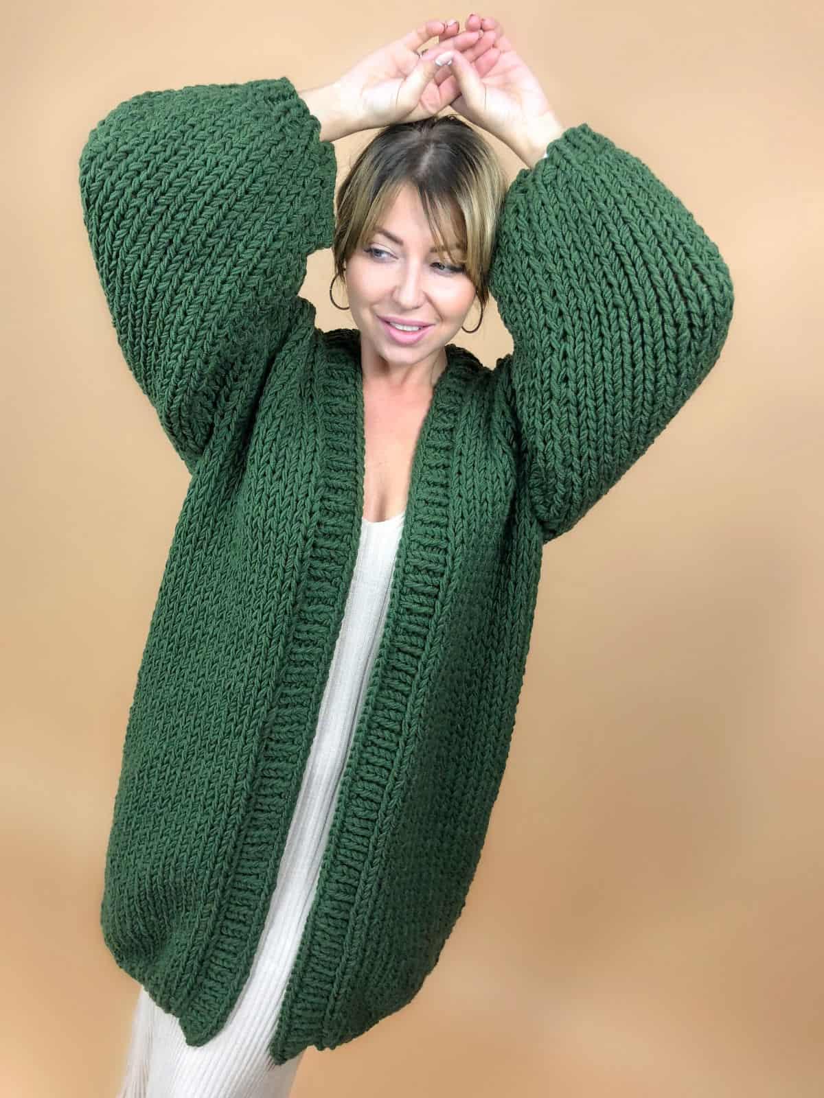 На седьмой фотографии стильный зеленый кардиган для модниц от Shapar, бренда вязаной одежды ручной работы в интернет-магазине связанных вещей.