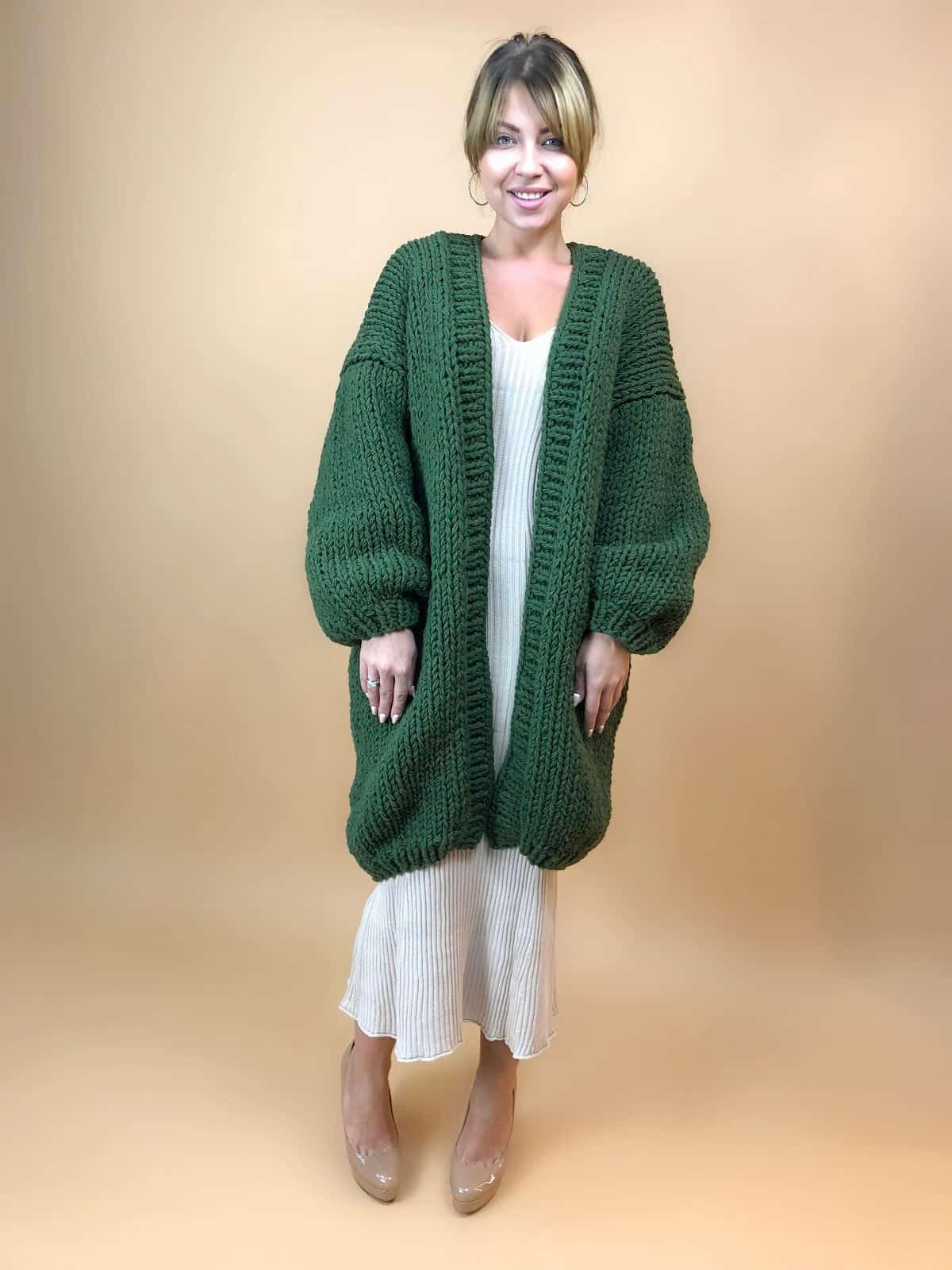 На шестой фотографии женский зеленый кардиган оверсайз от Shapar, бренда вязаной одежды ручной работы в интернет-магазине связанных вещей.