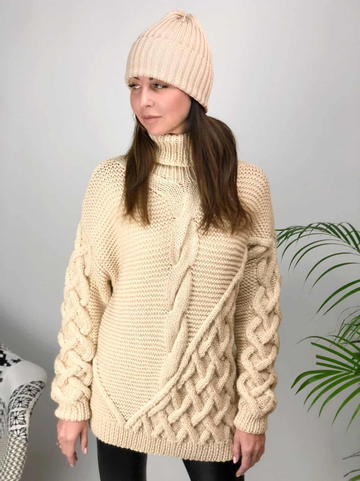 На пятой фотографии джемпер бежевый с вязаным узором для девушек и женщин от Shapar, бренда женской одежды ручной работы в интернет-магазине связанных спицами вещей.