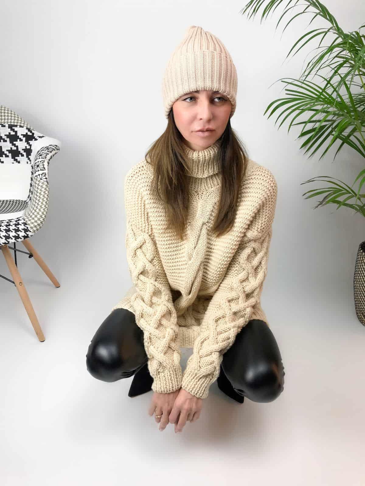 На четвертой фотографии джемпер бежевый женский с косами от Shapar, бренда вязаной одежды ручной работы в интернет-магазине связанных спицами вещей.