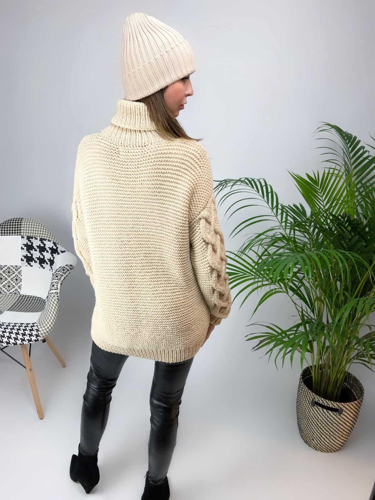 На второй фотографии джемпер бежевый женский со спины от Shapar, бренда вязаной одежды ручной работы в интернет-магазине связанных спицами вещей.