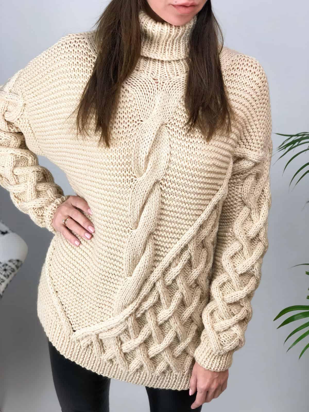 На третьей фотографии джемпер бежевый женский с воротником стойкой от Shapar, бренда вязаной одежды ручной работы в интернет-магазине связанных спицами вещей.