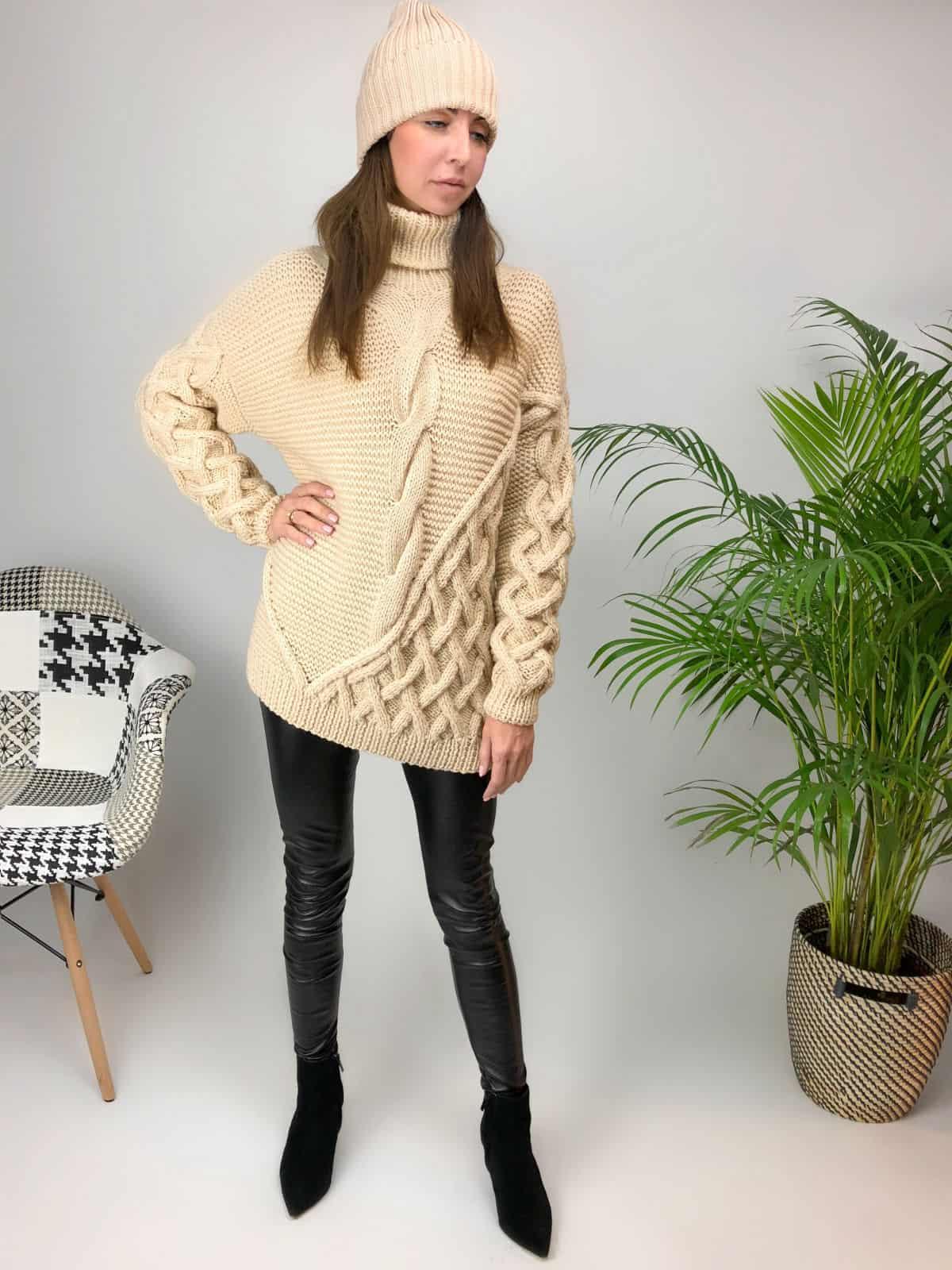 На шестой фотографии удлиненный джемпер бежевый женский от Shapar, бренда вязаной одежды ручной работы в интернет-магазине связанных спицами вещей.