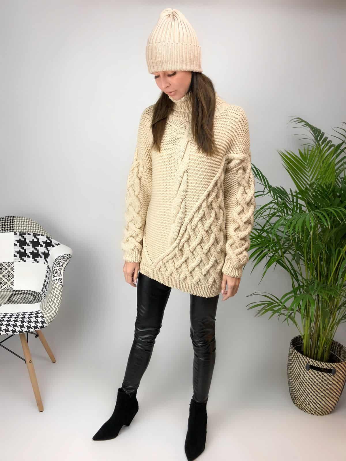 На фотографии джемпер бежевый женский от Shapar, бренда вязаной одежды ручной работы в интернет-магазине связанных спицами вещей.