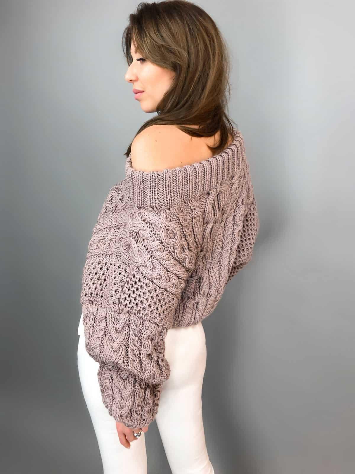 На второй фотографии женский джемпер с открытыми плечами со спины от Shapar, бренда вязаной одежды ручной работы в интернет-магазине связанных спицами вещей.