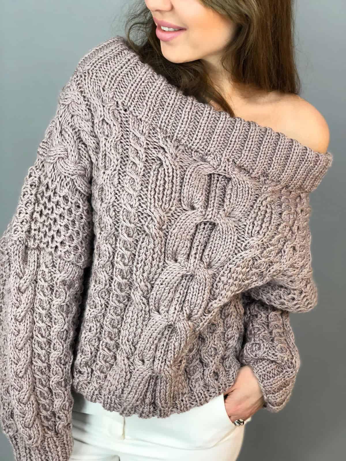 На фотографии женский джемпер с открытыми плечами от Shapar, бренда вязаной одежды ручной работы в интернет-магазине связанных спицами вещей.