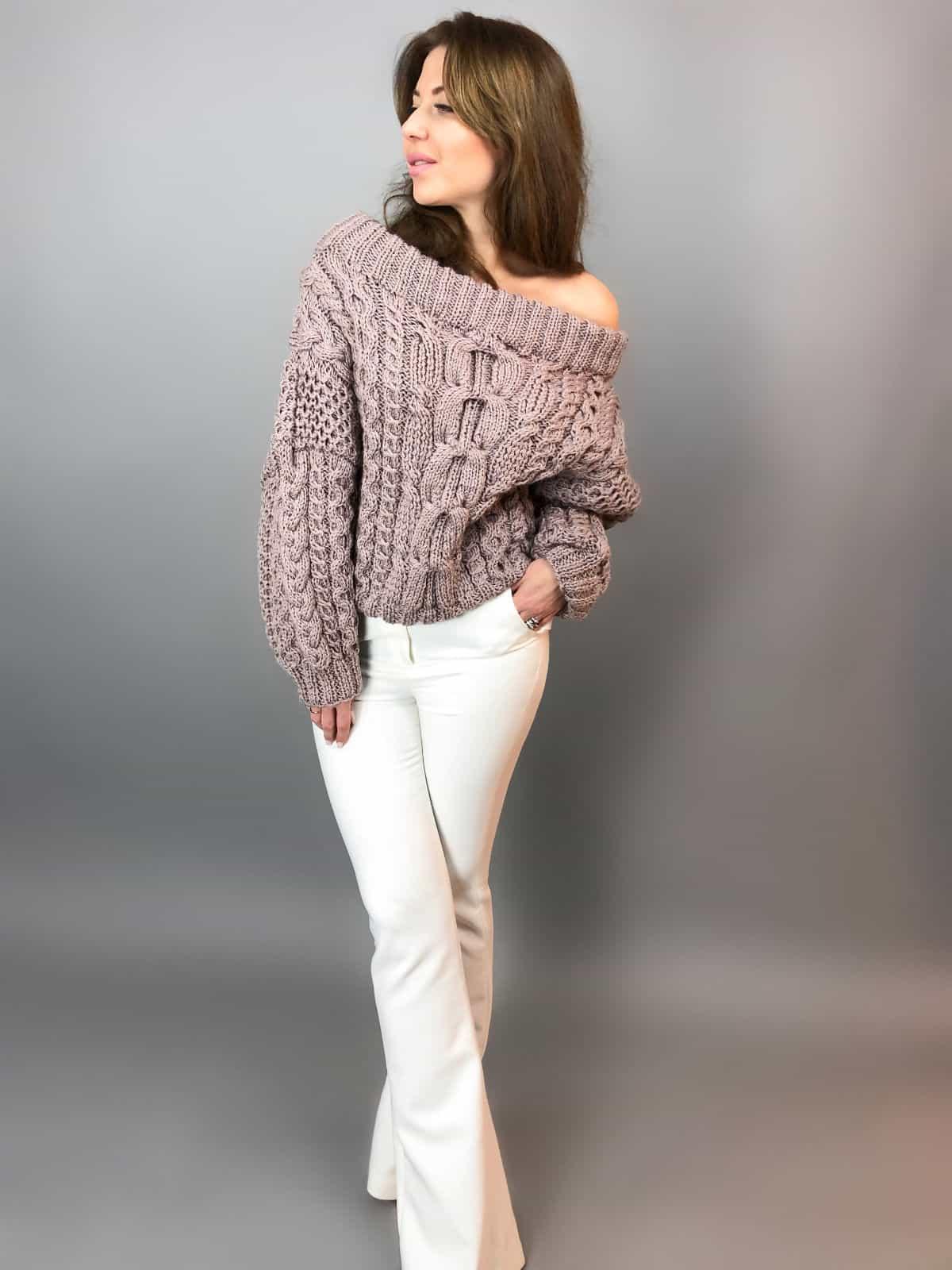 На пятой фотографии элегантный женский джемпер в косах с открытыми плечами от Shapar, бренда вязаной одежды ручной работы в интернет-магазине связанных спицами вещей.
