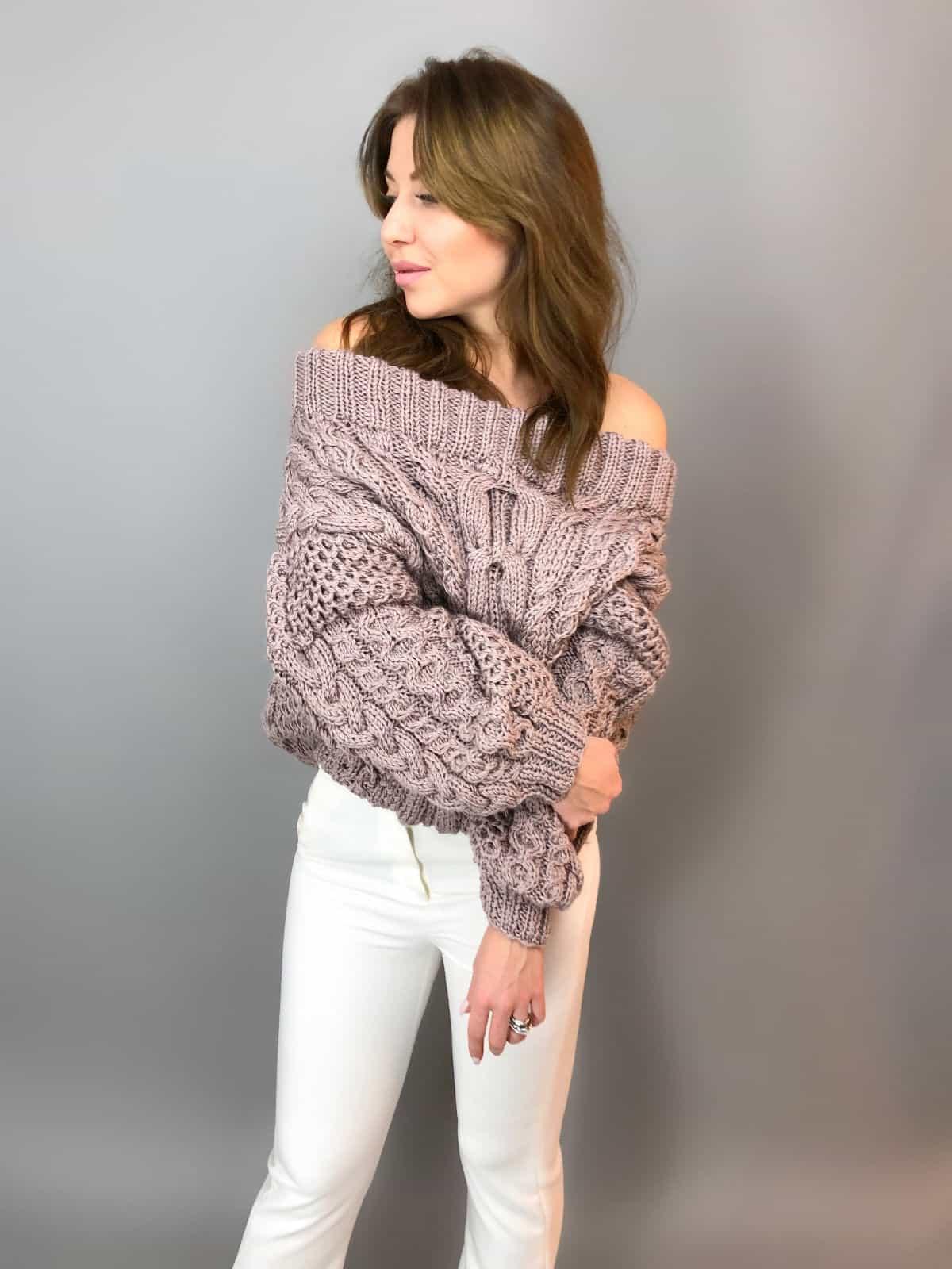 На третьей фотографии женский джемпер с открытыми плечами коричневого цвета от Shapar, бренда вязаной одежды ручной работы в интернет-магазине связанных спицами вещей.