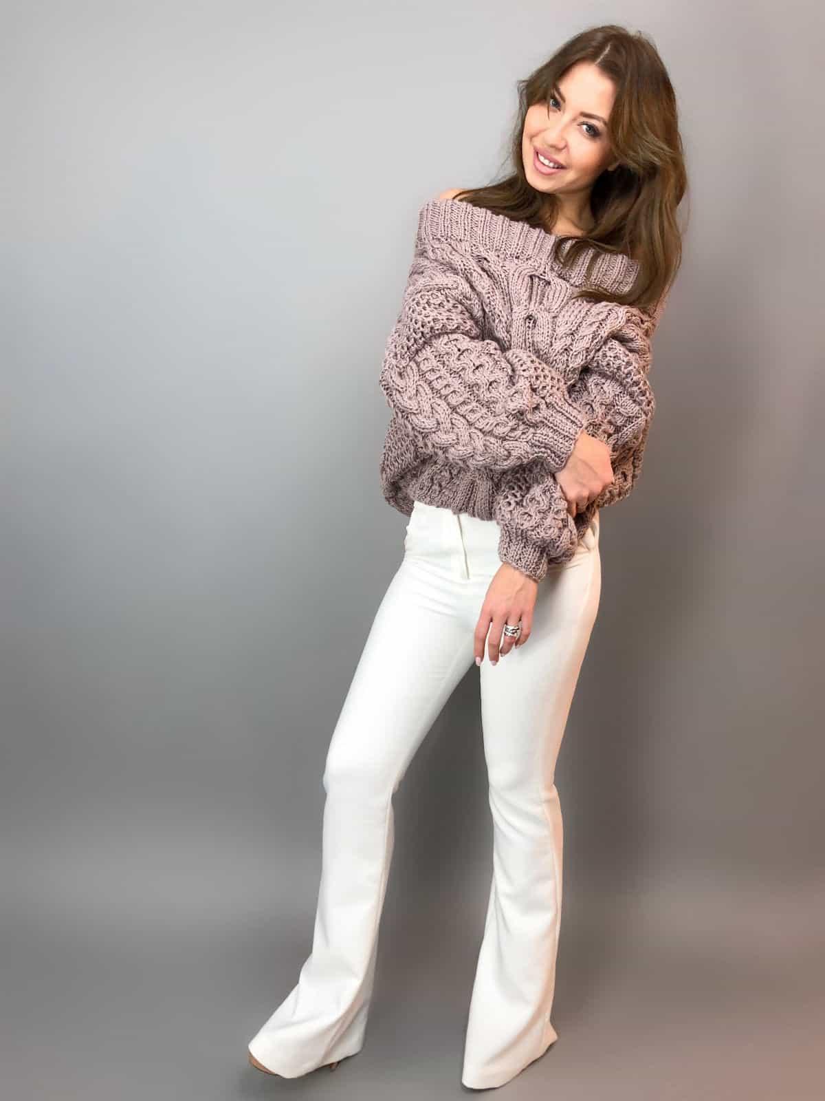 На четвертой фотографии модный джемпер с открытыми плечами для девушек и женщин от Shapar, бренда вязаной одежды ручной работы в интернет-магазине связанных спицами вещей.