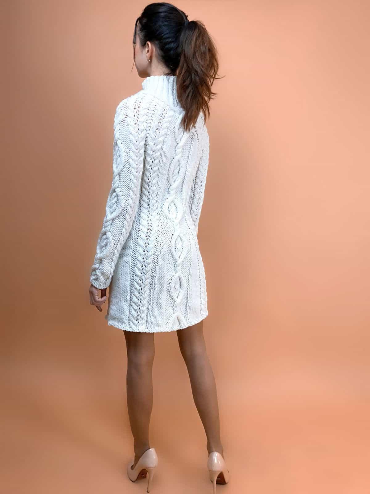 На второй фотографии белое платье с косами со спины от Shapar, бренда вязаной одежды ручной работы в интернет-магазине связанных спицами вещей.