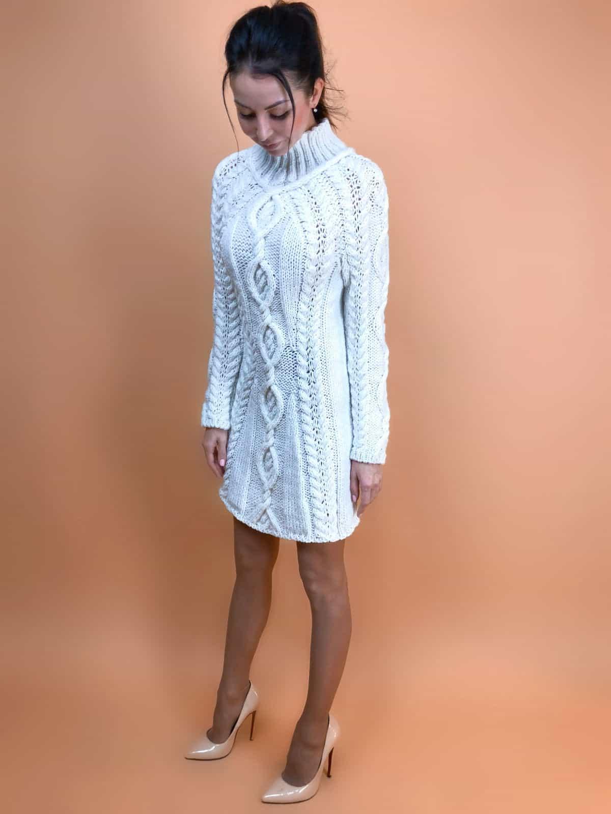 На третьей фотографии белое платье с вязаным узором косами от Shapar, бренда одежды ручной работы в интернет-магазине связанных спицами вещей.