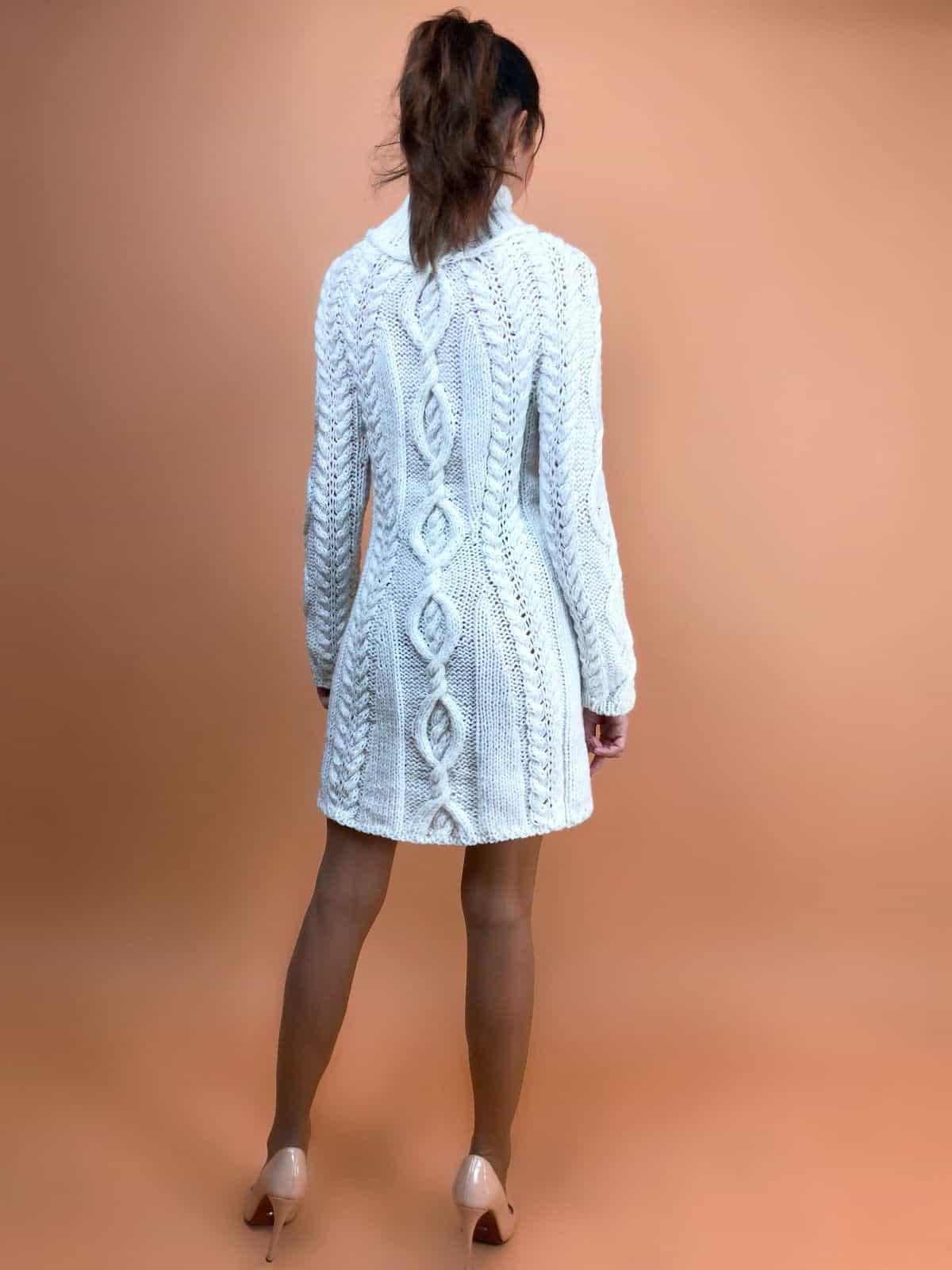 На пятой фотографии вязаное платье в длине мини с косами белого цвета от Shapar, бренда одежды ручной работы в интернет-магазине связанных спицами вещей.
