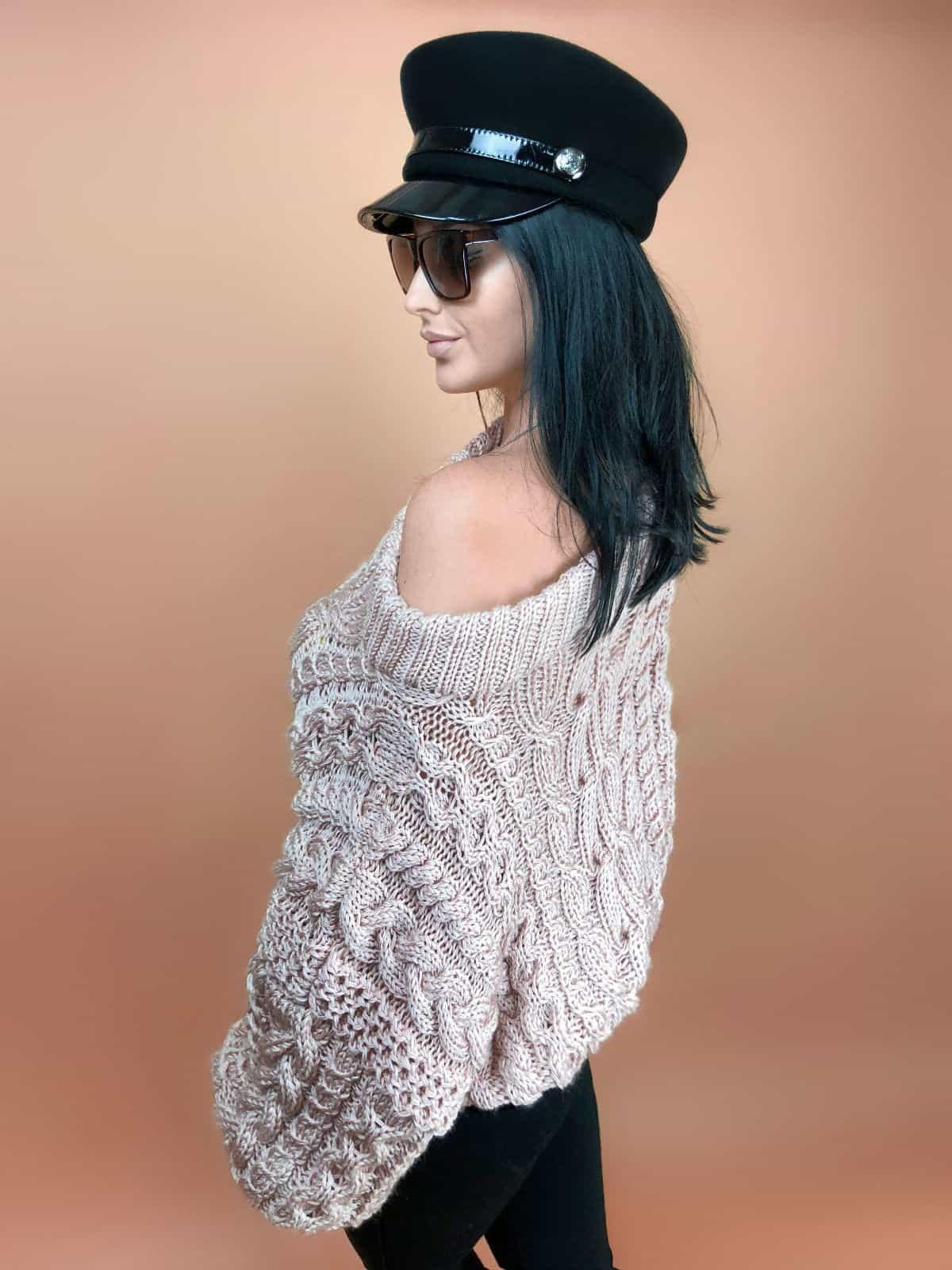 На третьей фотографии женский свитер пудрового цвета с открытым плечом от Shapar, бренда вязаной одежды ручной работы в интернет-магазине связанных спицами вещей.