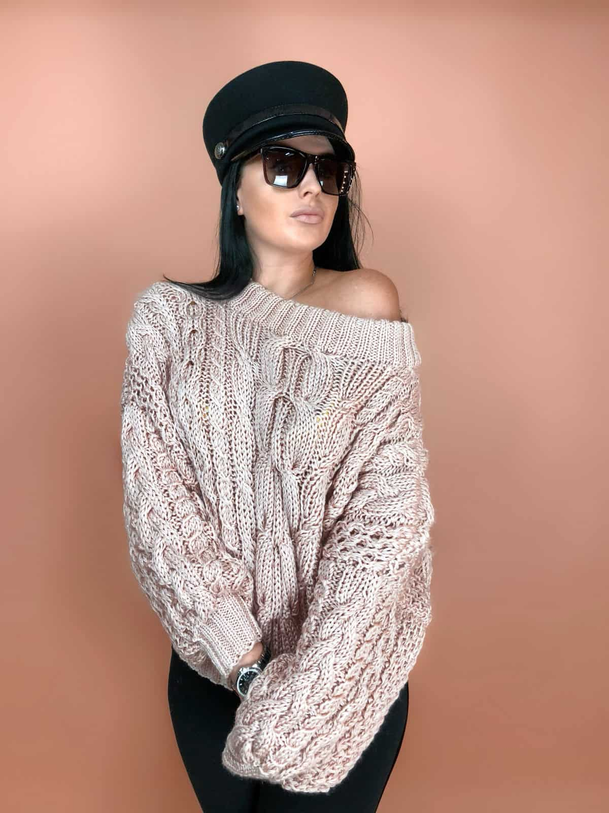 На четвертой фотографии женский свитер пудрового цвета с косами от Shapar, бренда вязаной одежды ручной работы в интернет-магазине связанных спицами вещей.