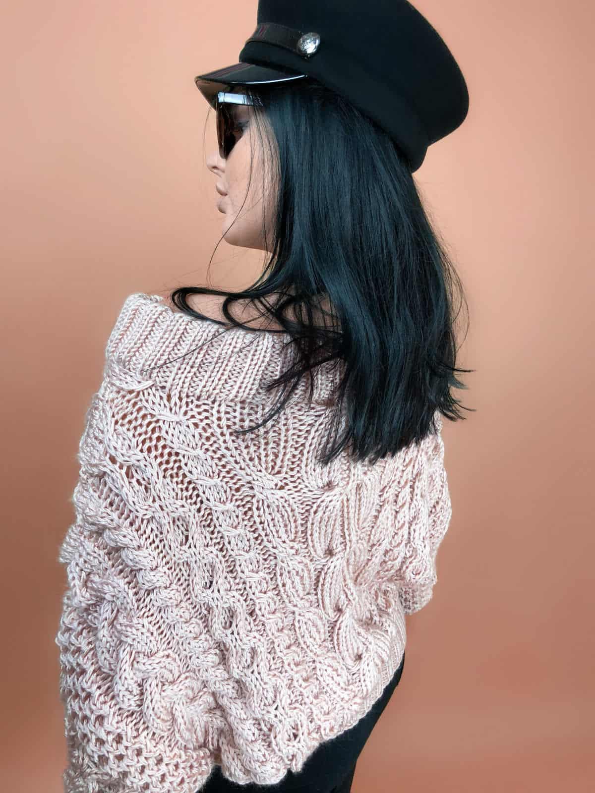 На пятой фотографии женский свитер пудрового цвета оверсайз от Shapar, бренда вязаной одежды ручной работы в интернет-магазине связанных спицами вещей.