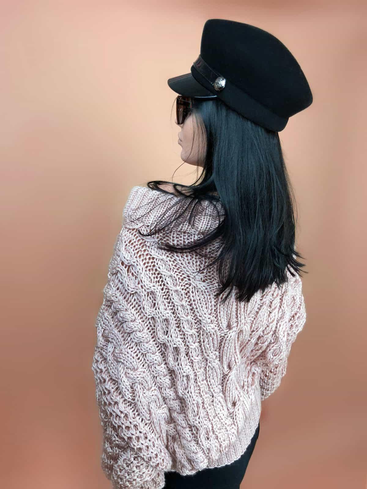 На второй фотографии женский свитер пудрового цвета со спины от Shapar, бренда вязаной одежды ручной работы в интернет-магазине связанных спицами вещей.