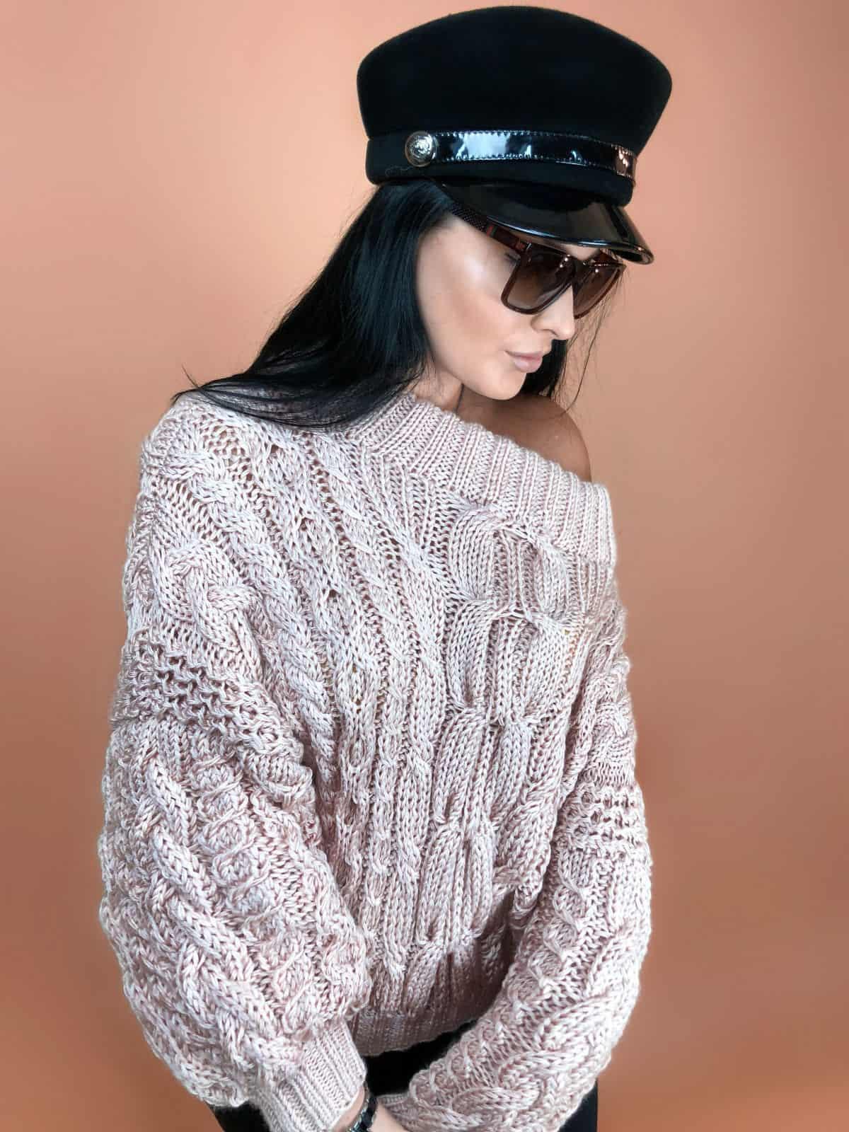 На фотографии женский свитер пудрового цвета от Shapar, бренда вязаной одежды ручной работы в интернет-магазине связанных спицами вещей.