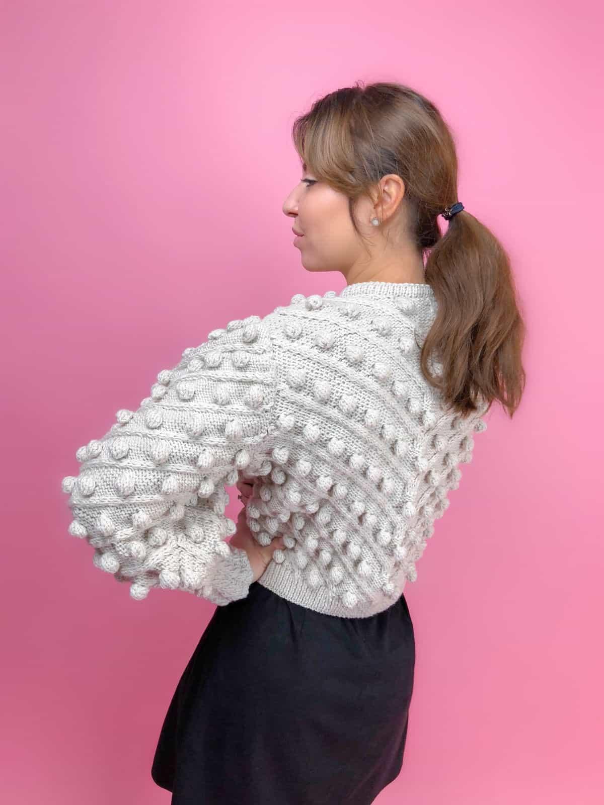 На второй фотографии женский свитер с помпонами со спины от Shapar, бренда вязаной одежды ручной работы в интернет-магазине связанных спицами вещей.
