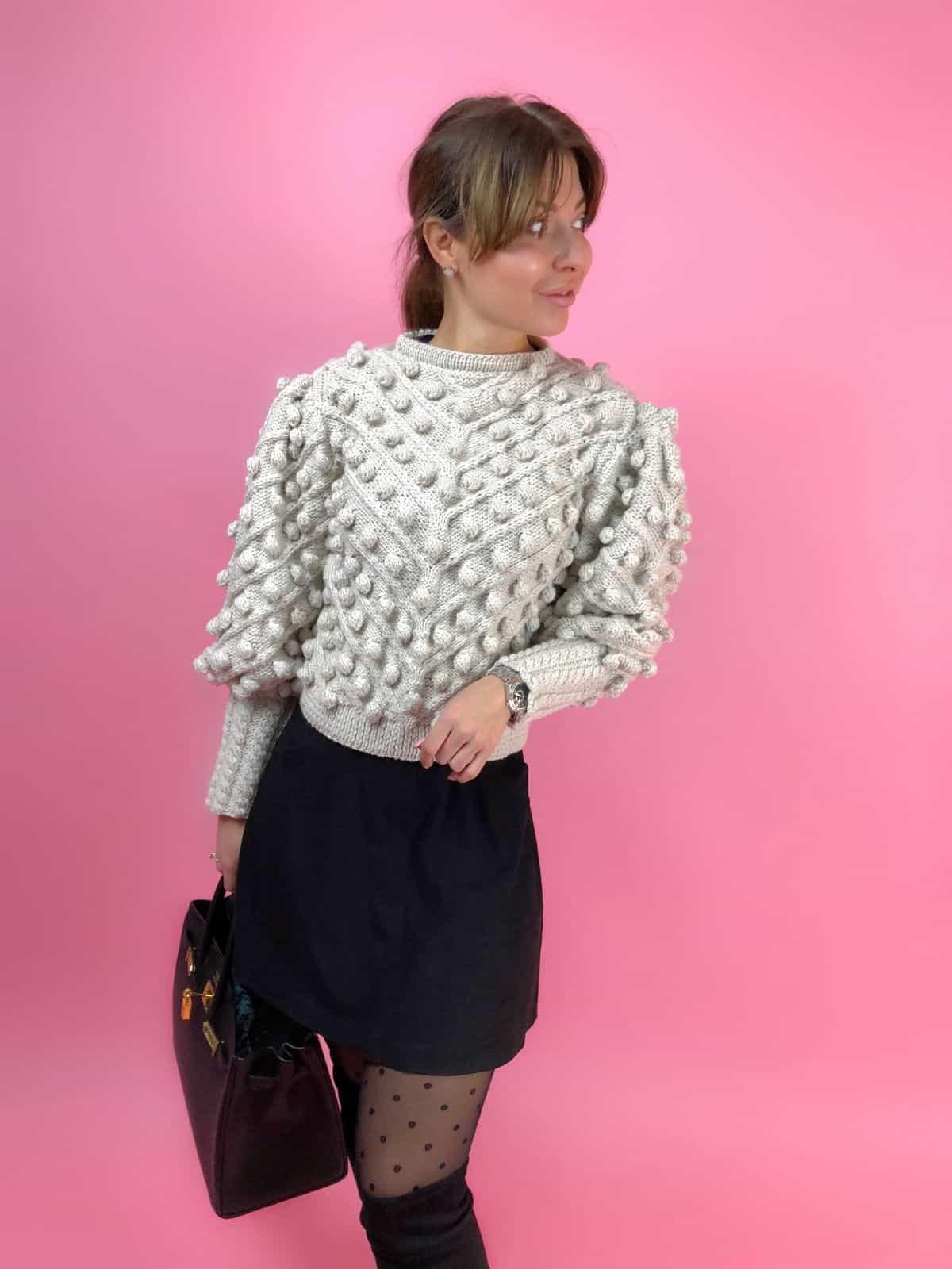 На четвертой фотографии модный свитер с помпонами для девушек и женщин от Shapar, бренда вязаной одежды ручной работы в интернет-магазине связанных спицами вещей.