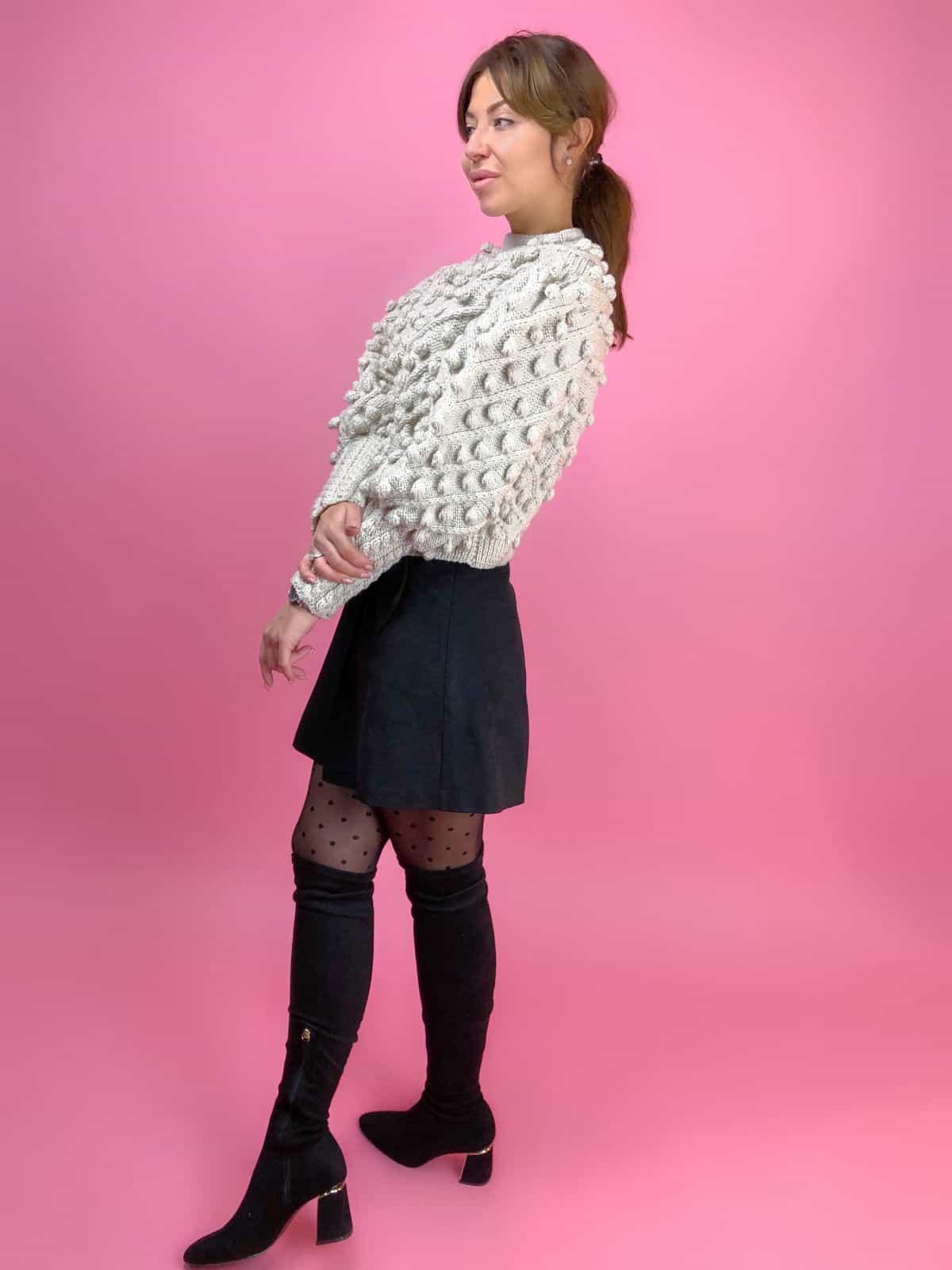 На третьей фотографии женский свитер с помпонами бежевого цвета от Shapar, бренда вязаной одежды ручной работы в интернет-магазине связанных спицами вещей.