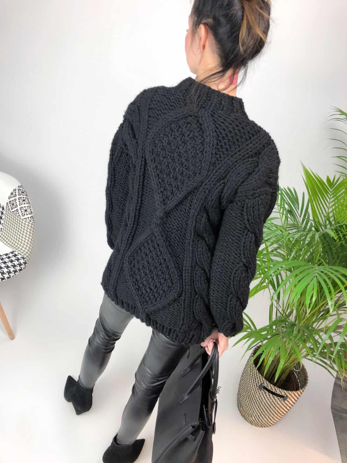 На второй фотографии женский толстый свитер черного цвета от Shapar, бренда вязаной одежды ручной работы в интернет-магазине связанных спицами вещей.