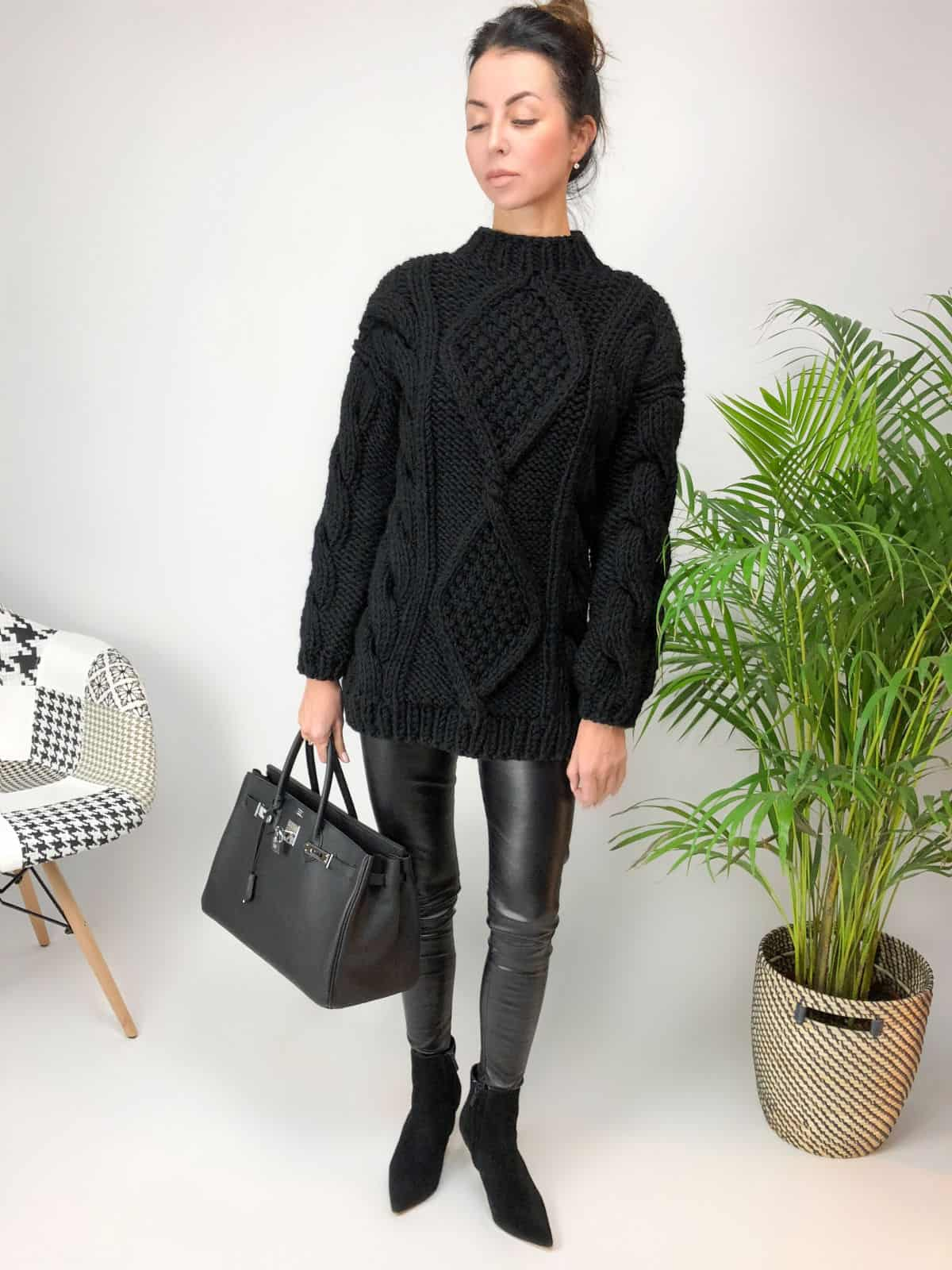 На пятой фотографии модный толстый свитер для девушек и женщин от Shapar, бренда вязаной одежды ручной работы в интернет-магазине связанных спицами вещей.