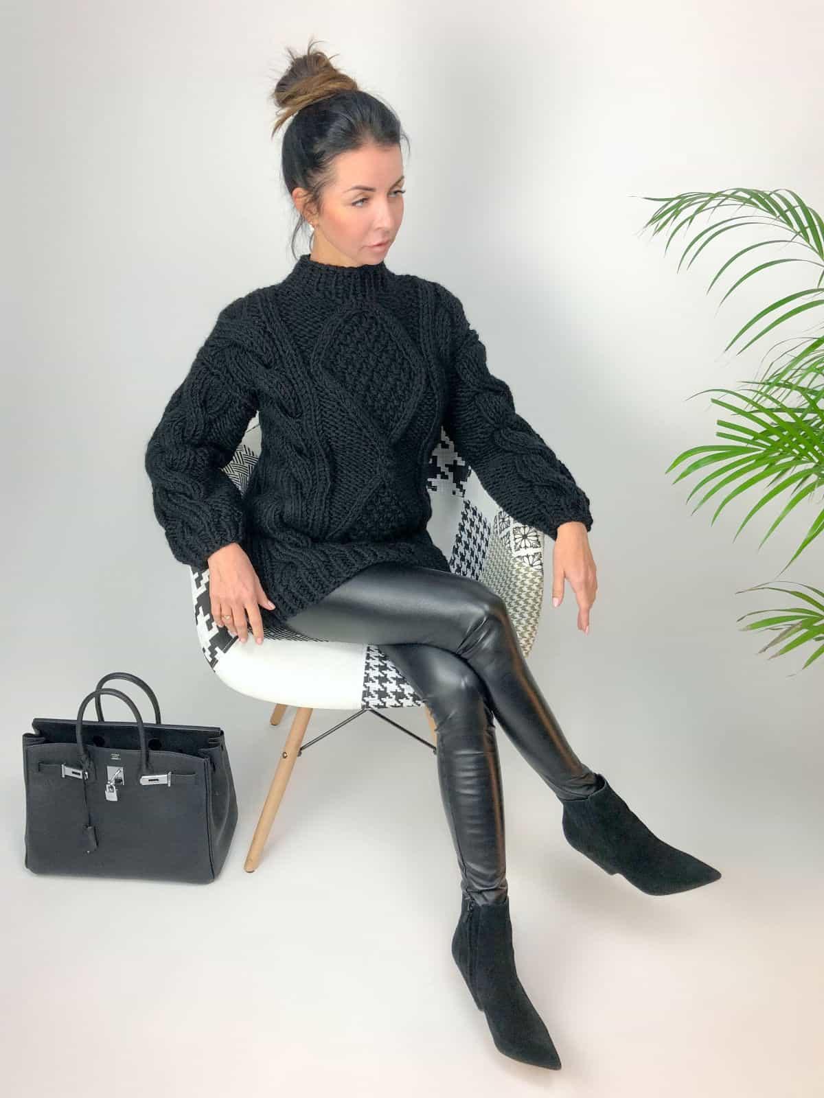 На фотографии толстый свитер женский от Shapar, бренда вязаной одежды ручной работы в интернет-магазине связанных спицами вещей.