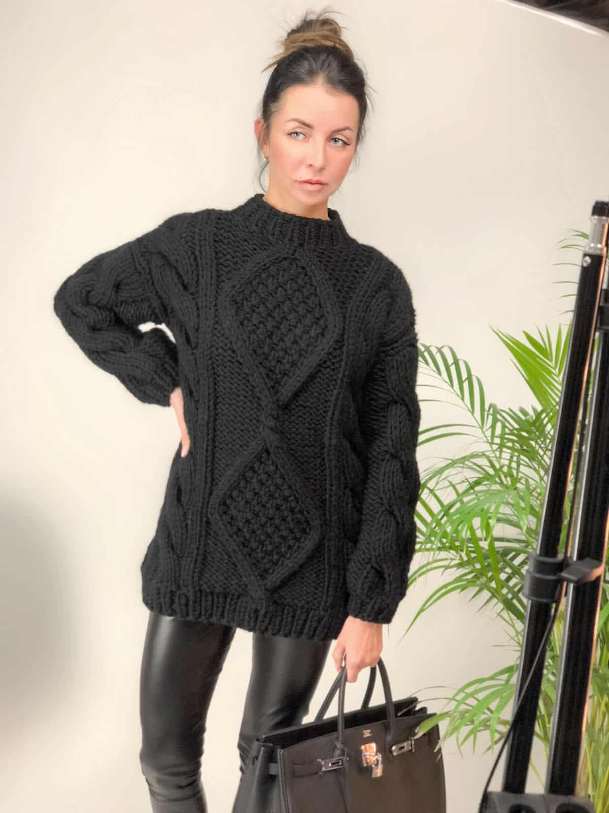 На четвертой фотографии толстый свитер женский с вязаным узором от Shapar, бренда вязаной одежды ручной работы в интернет-магазине связанных спицами вещей.