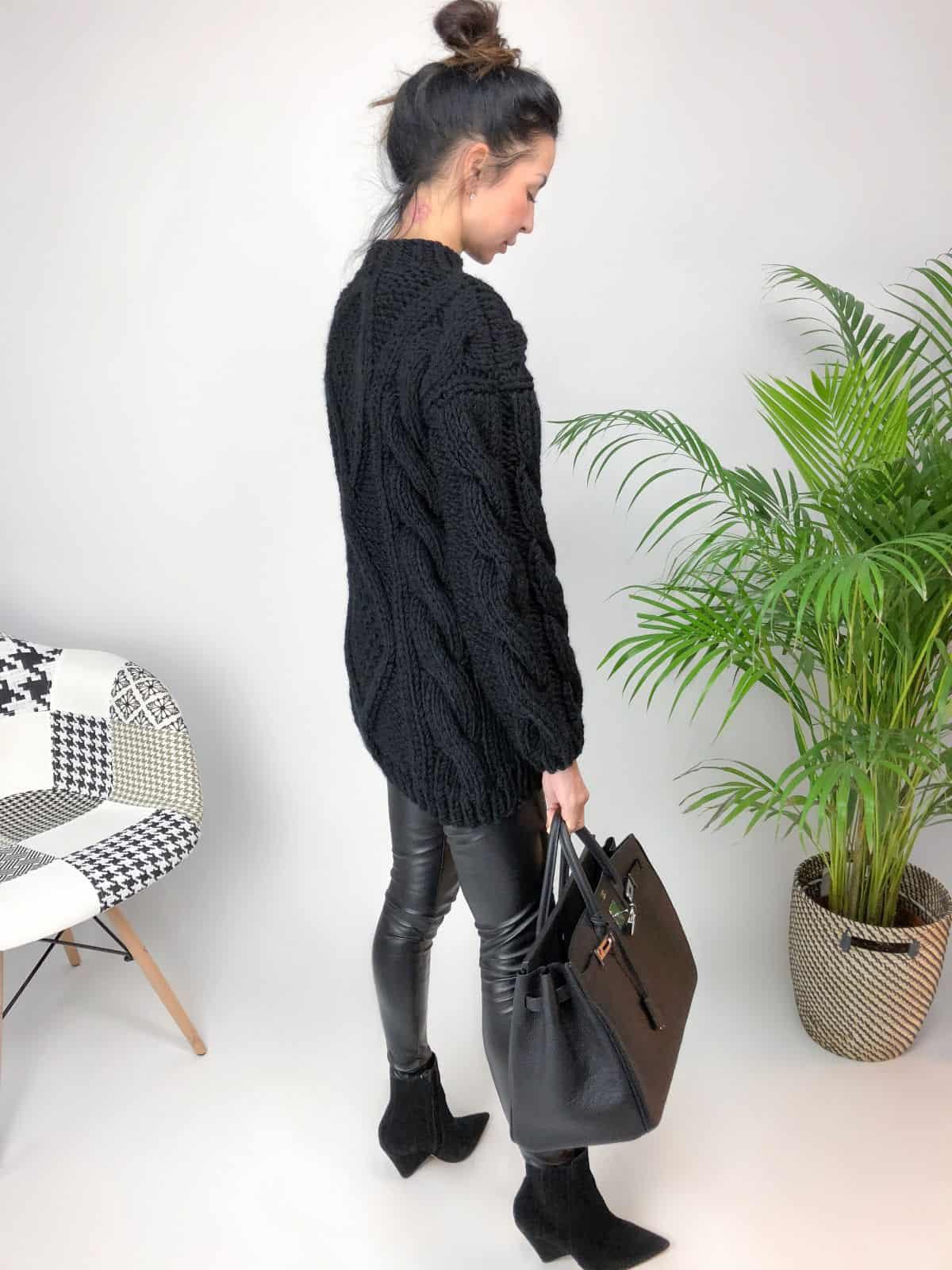 На третьей фотографии женский толстый свитер с ромбами от Shapar, бренда вязаной одежды ручной работы в интернет-магазине связанных спицами вещей.