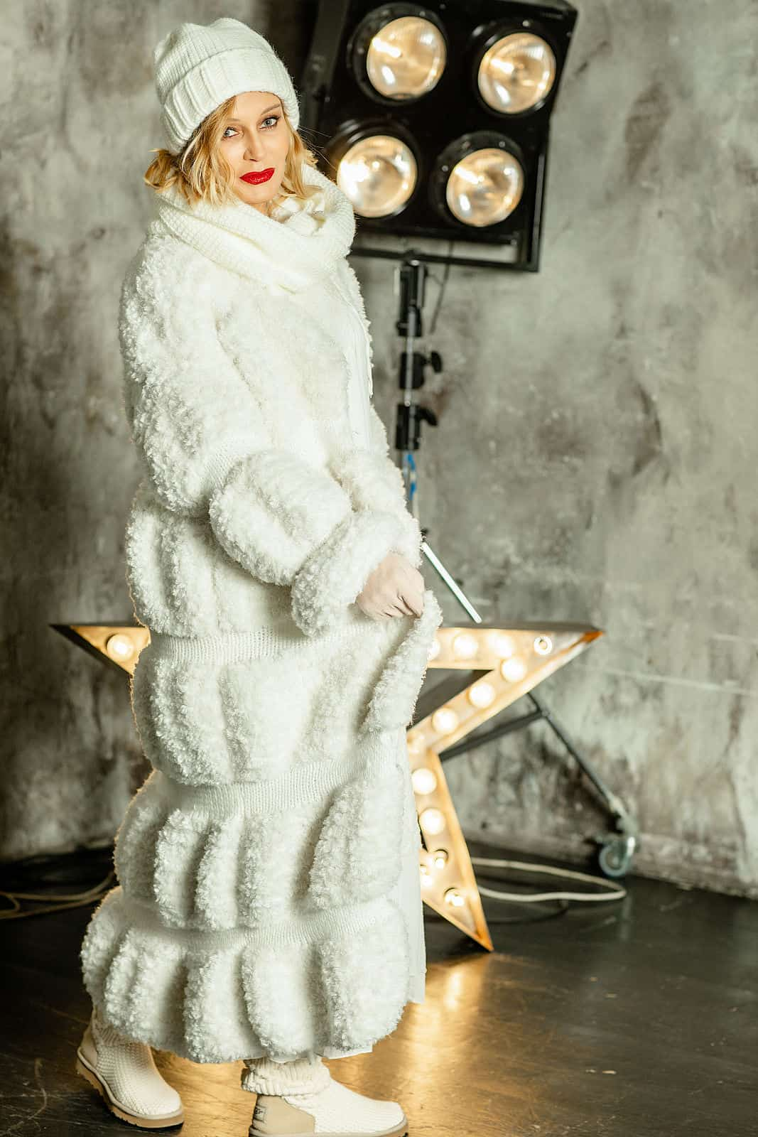 На восьмой фотографии вязаная шуба белая в интерьере от Shapar, бренда женской одежды ручной работы в интернет-магазине связанных спицами вещей.