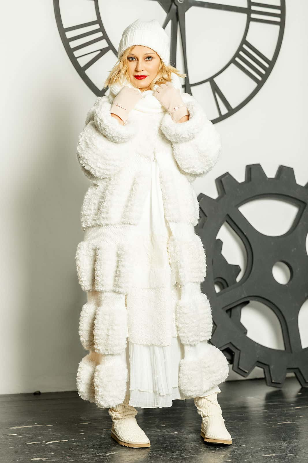 На девятой фотографии вязаная шуба белого цвета от Shapar, бренда женской одежды ручной работы в интернет-магазине связанных спицами вещей.