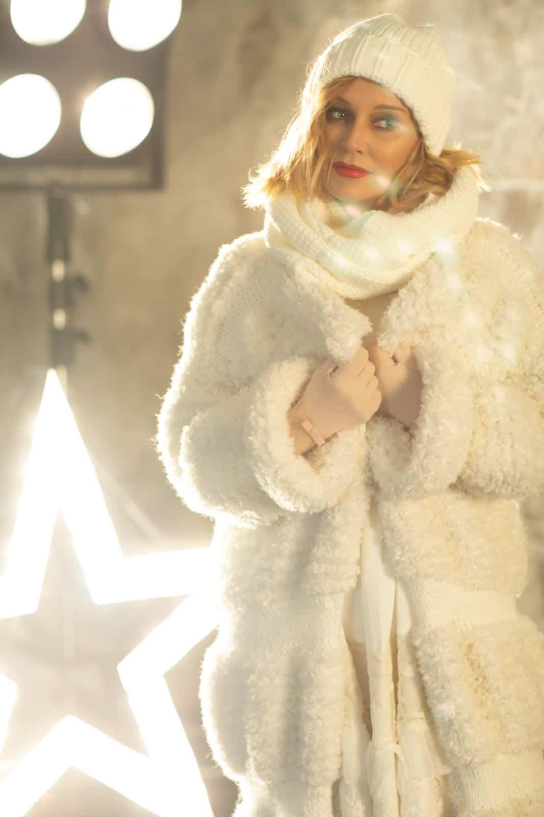 На десятой фотографии вязаная шуба белая на крючках от Shapar, бренда женской одежды ручной работы в интернет-магазине связанных спицами вещей.