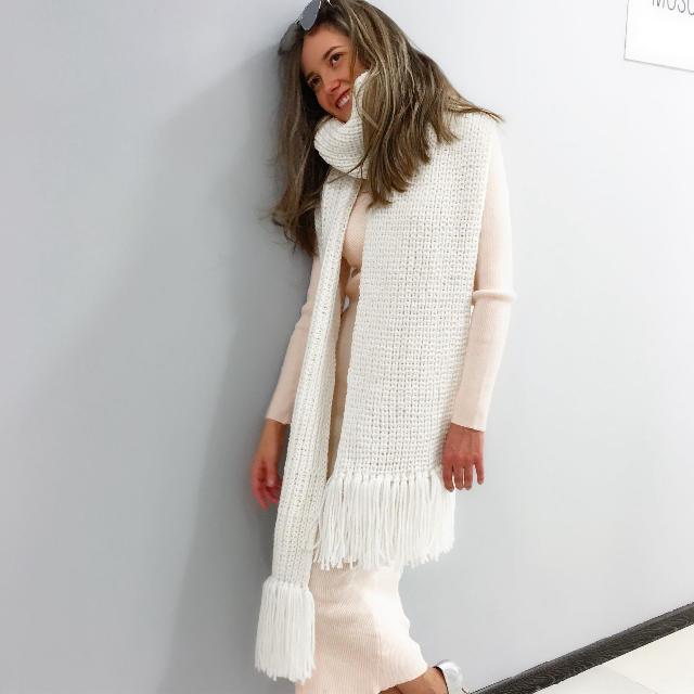 На фотографии вязаный женский шарф белого цвета от Shapar, бренда одежды ручной работы в интернет магазине связанных спицами вещей.