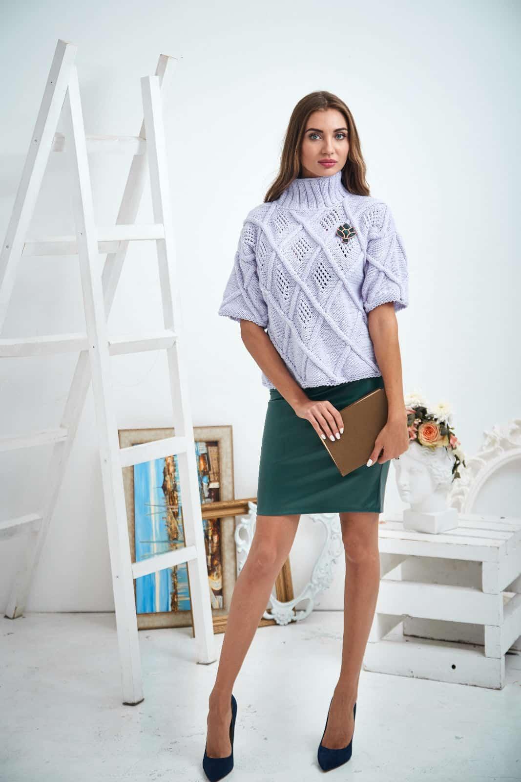 На второй фотографии женский свитер 3/4 рукав бледно-сиреневого цвета от Shapar, бренда вязаной одежды ручной работы в интернет-магазине связанных спицами вещей.
