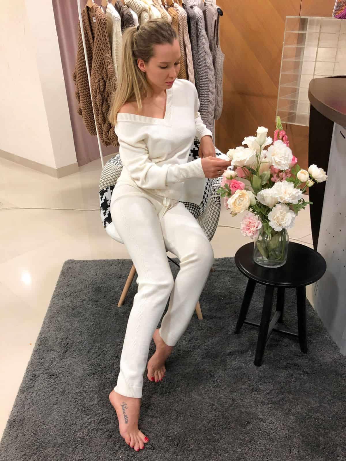 На седьмой фотографии стильный спортивный костюм женский белого цвета от Shapar, бренда вязаной одежды ручной работы в интернет-магазине связанных спицами вещей.