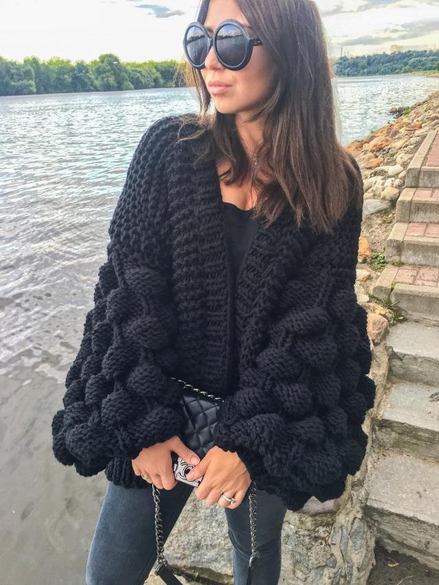 На фотографии женский черный кардиган от Shapar, бренда вязаной одежды ручной работы в интернет-магазине связанных спицами вещей.