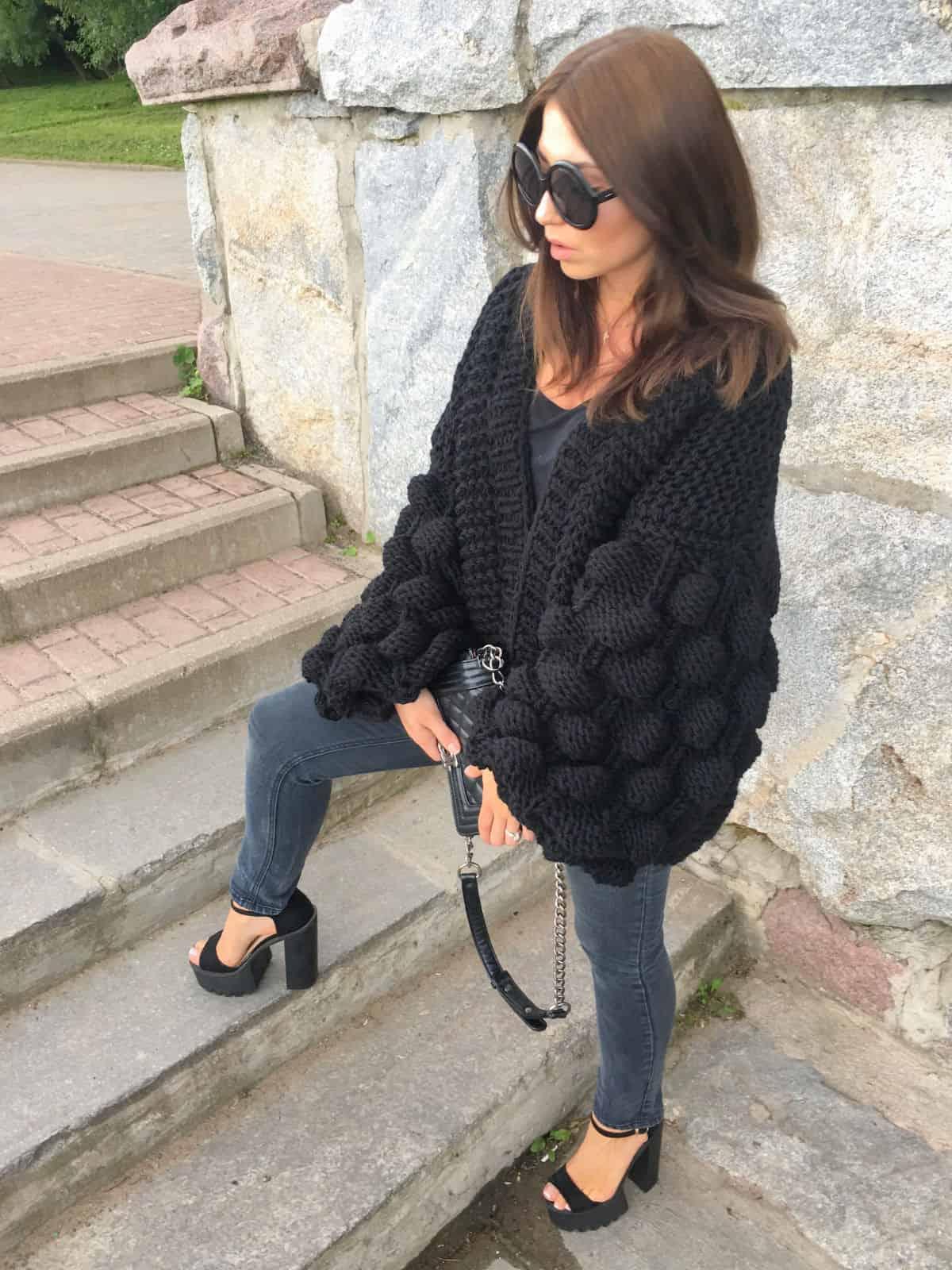 На девятой фотографии женский черный кардиган с объемными рукавами от Shapar, бренда вязаной одежды ручной работы в интернет-магазине связанных спицами вещей.