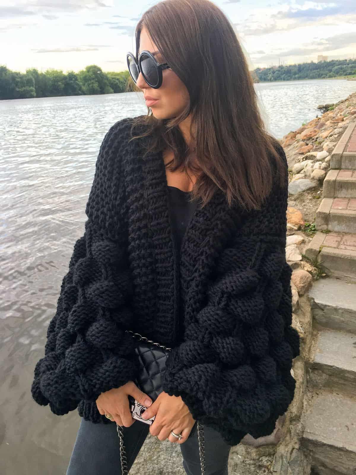 На десятой фотографии модный женский черный кардиган от Shapar, бренда вязаной одежды ручной работы в интернет-магазине связанных спицами вещей.